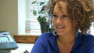 Rachel A. Dolezal avgår efter hudfärgsskandal.