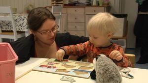 Sanna Karjalainen pusslar tillsammans med sin son Vilho