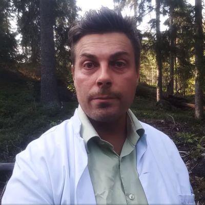 Läkaren Mikael Kivivuori medverkar i en video som riktar sig till föräldrar med uppmaningen att inte låta barnen få coronavaccin.
