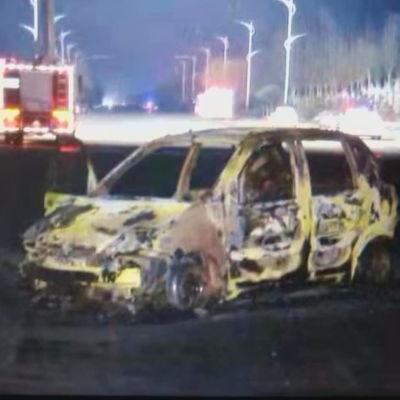 En bil som har förstörts i en explosion i Kina.