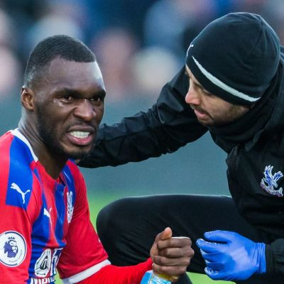 Crystal Palaces Christian Benteke får behandling i Premier League.