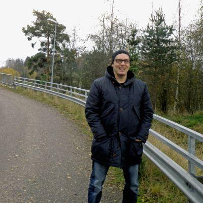 Kalle Veirto taustallaan Uudenmaankadun Launeella ylittävä kevyenliikenteensilta.