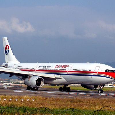 China Eastern -yhtiön lentokone Taipei Songshanin lentokentällä.