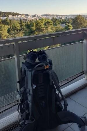 En ryggsäck på en balkong.