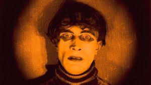 Tohtori Caligarin kabinetti. Kauhuklassikko vuodelta 1920. Kuvakaappaus dokumenttielokuvasta Caligarista Hitleriin.