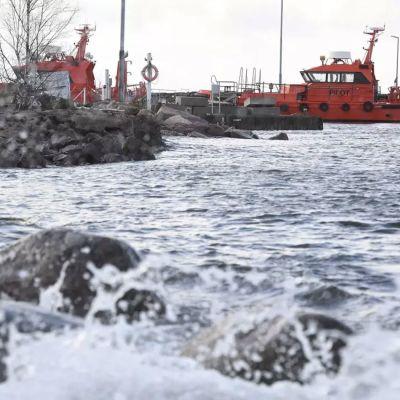 Lotsbåtar i närheten av platsen där lotsbåten sjönk i Emsalö.