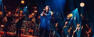 Diandra laulaa Evakon laulua Elämäni Biisi -lavalla.