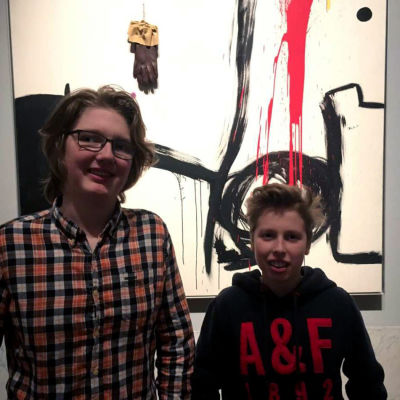 """Alfons och Ian Fellman framför """"Fågel"""" av Joan Miró"""