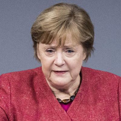 Angela Merkel håller upp ena handen i en stoppgest.