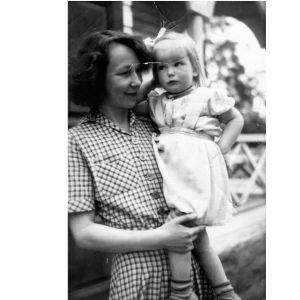 Suomenruotsalainen kirjailija Mirjam Tuominen sylissään tytär Tuva Korsström. Uusikaarlepyy 1948.