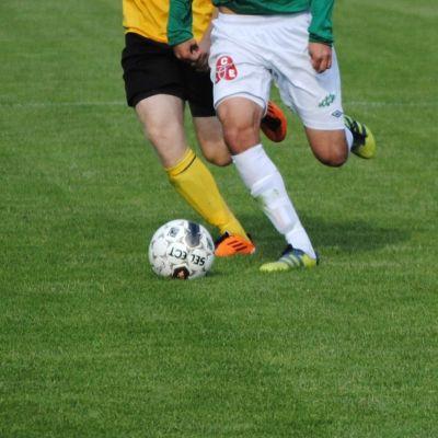 Två spelare och en fotboll.