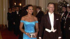 Tasavallan presidentin itsenäisyyspäivän vastaanotto Presidentinlinnassa 1998. Lola Odusoga ja hänen avopuolisonsa Tomi Pohjankukka.