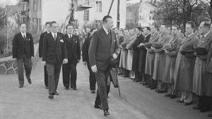 Carl Gustaf Mannerheim hälsar representanter för Akademiska Karelen-Sällskapet utanför sitt hem i Brunnsparken i Helsingfors på 20-årsdagen av inbördeskrigets slut år 1938.