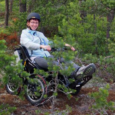 Miina Fagerlund i sin Zoom Uphillrullstol.