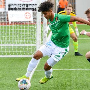 EIF:s Darren Smith skyddar bollen och MYPAs Juuso Laitinen hinner inte med.