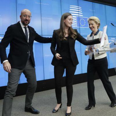Rådsordföranden Charles Michel och kommissionsordföranden Ursula von der Leyen följer ut Finlands statsminister Sanna Marin efter Europeiska rådets möte i Bryssel den 13 december.