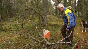 Kaj-Olof Lindgren sätter ut en kontroll
