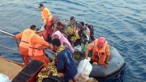 Invånare på mindre, närbelägna öar evakuerades till Lombok efter skalvet