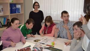 Ungdomar kring ett bord vid arbetsförmedlingen Rabota