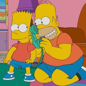 Bart Simpson och Homer Simpson ler och har en telefonlur mellan sig.