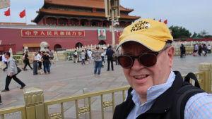 Heikki Kastemaa katsoo hymyillen kameraan Pekingissä sijaitsevan Kielletyn kaupungin portin edustalla.