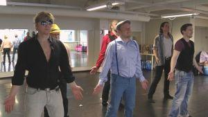 En grupp som kallar sig äijä-tanssi tränar på sitt dansnummer