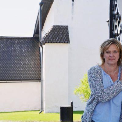 Redaktör Camilla Kivivuori framför Borgå domkyrka