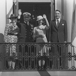 Tellervo Koivisto, Kaarle XVI Kustaa, Silvia ja presidentti Mauno Koivisto Presidentinlinnan parvekkeella 1983