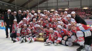 Hela Vasa Sports lag och ledning på isen tillsammans med Mestispokalen.