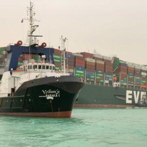 Containerfartyget Ever Given körde på grund i Suezkanalen
