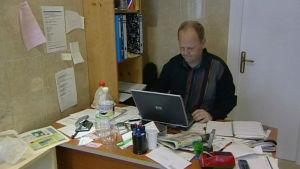 Pizza Pekkarinen tietokoneella toimistossaan.