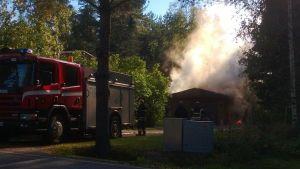 Brand i ett garage på Kyrkobyvägen