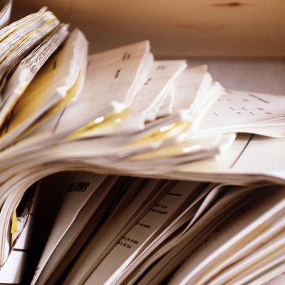 asiakirjoja hyllyssä.