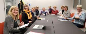 Gruppen Aktivistimummot sitter runt ett bord.