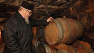 Fader Andreas vid whiskyfatet.