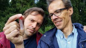 Kimmo Ohtonen ja Heikki Setälä tarkastelevat kunttamatoa koeputkessa.