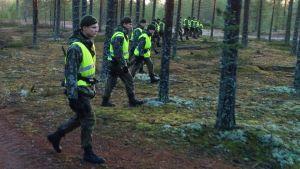 Beväringar letar efter ett försvunnet stormgevär i terrängen i Niinisalo, december 2014