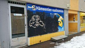 Sannfinländarnas klottrade valkontor.
