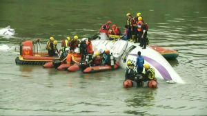 Inrikesflyg störtade i floden