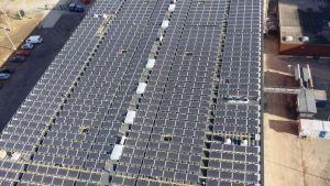 På taket till kraftverket i Södervik i Helsingfors finns 1 200 solpaneler.