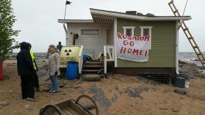 Aktivister har kommit till Hanhikivi udd för att störa Fennovoimas byggarbeten och protestera mot kärnkraft.