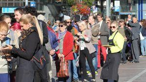 Folk köar för att få gratis mat på Narinken i Helsingfors
