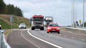Bilar på motorväg.