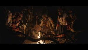 I Visit Finlands reklamvideo ser man samer dansa och trumma inne i en mörk kåta.