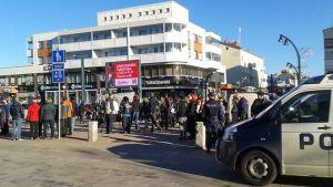 Demonstration för och emot invandring lockade ett hundratal i Torneå.
