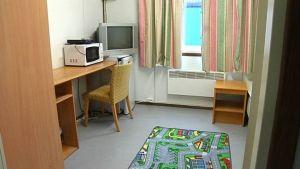 Barack inifrån. Asylsökande inkvarteras i baracker.