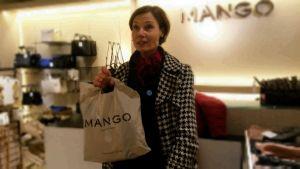 kund i butiken mango som shoppat på rea