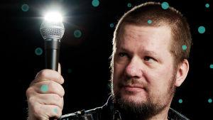 Risto Järvinen pitelee hohtavaa mikrofonia.