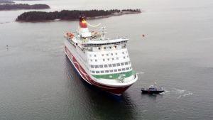 Ett passagerarfatyg och gränsbevakningens fartyg ute på havet