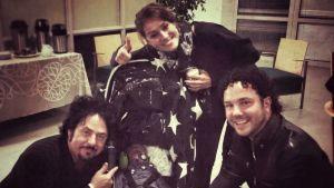 Steve Lukather ser på Sofie och Jimmy Westerlunds nyfödda i en barnvagn